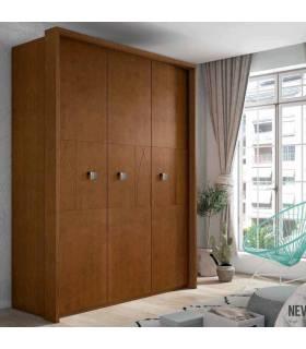 Armario de color marrón, realizado en madera de pino