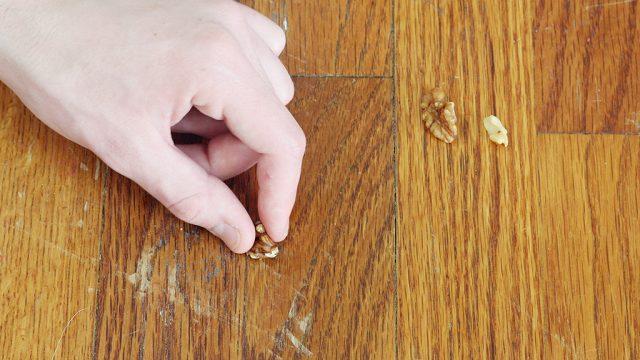 Muestra reparación de mueble rústico